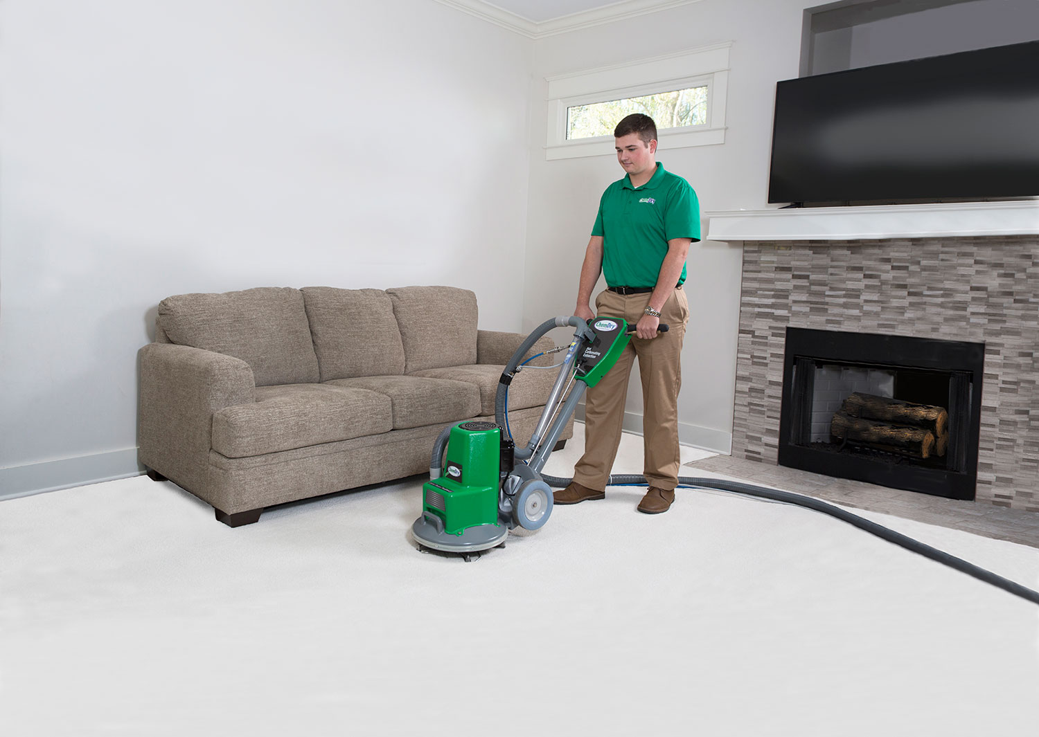 carpet-cleaning-man-with-powerhead